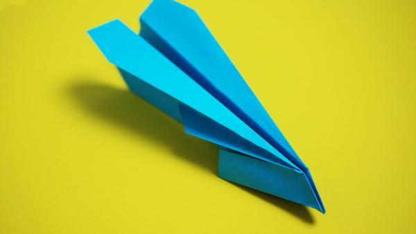 Papierflieger mit spitzer Nase falten | Rechte: KiKA