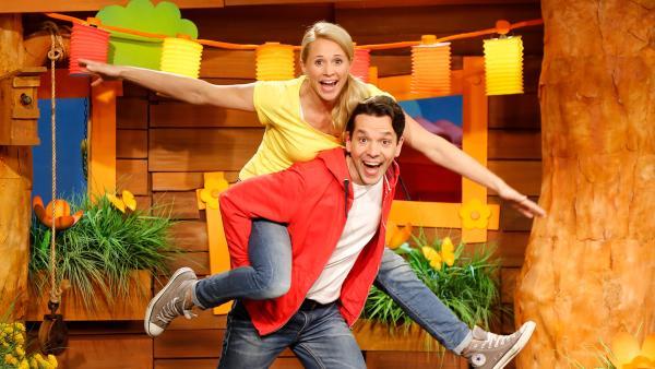 Singa, Matondo und Juri stehen im Baumhaus. Singa und Matondo breiten lachend ihre Arme aus. | Rechte: KiKA