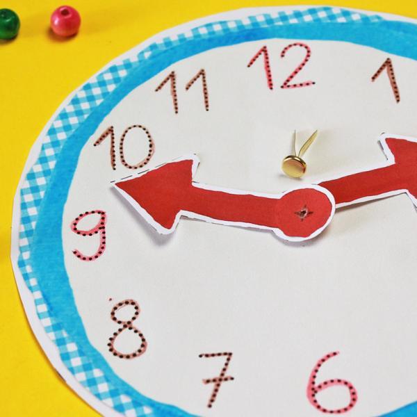 Mit einer Verschlussklammer verbindest du die Zeiger mit der Uhr.  | Rechte: KiKA