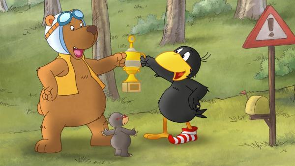 Der kleine Rabe Socke hebt mit seinen Freunden einen Pokal in die Höhe.    Rechte: SWR/NDR/Akkord Film