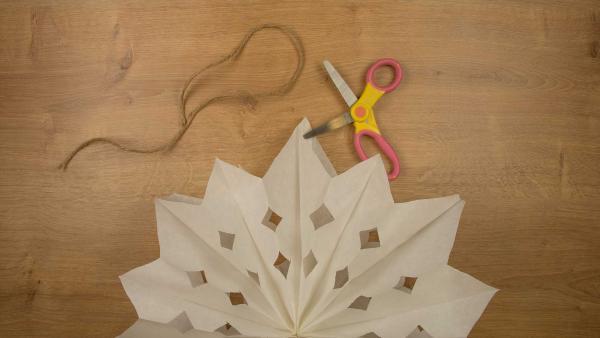<br/>Wenn du deinen Stern aufhängen willst, mach mit der Schere an der oberen Spitze ein kleines Loch. Fädel den Bindfaden hindurch. | Rechte: KiKA